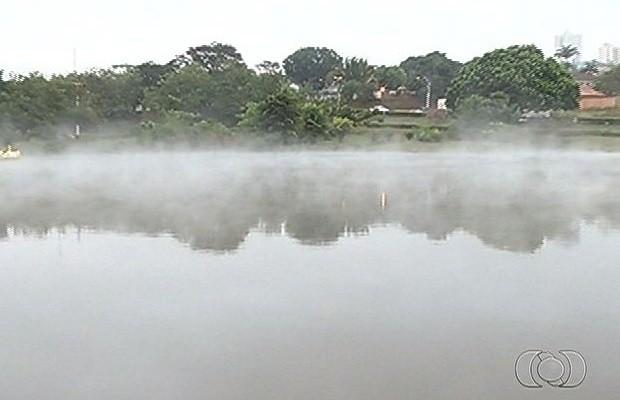 Em Jataí, o Lago Jacuí amanhaceu coberto por uma névoa (Foto: Reprodução/TV Anhanguera)
