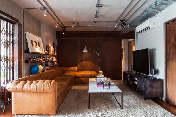 A porta pantográfica e o sofá em capitonê (Foto:  Divulgação)