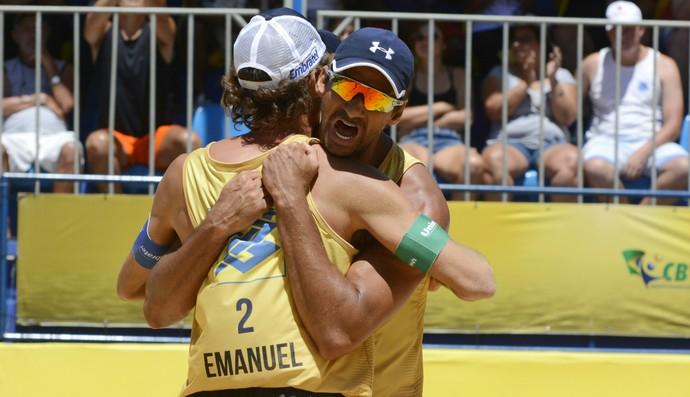 Ricardo e Emanuel celebram o título da etapa de Contagem (Foto: Divulgação / CBV)