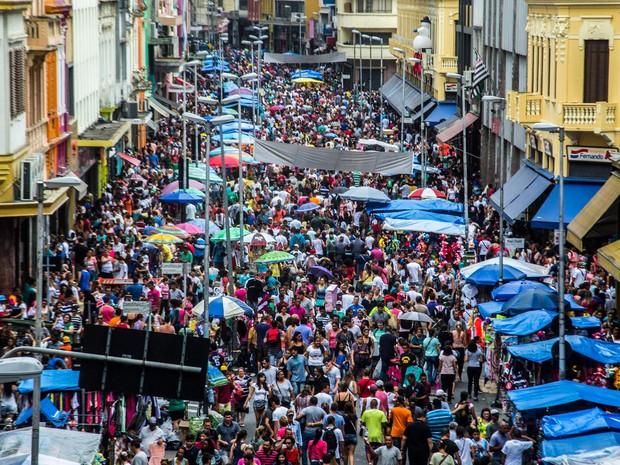 Milhares de consumidores realizam suas compras de Natal na região da rua 25 de Março, área de comércio popular no centro de São Paulo (Foto: Cris Faga/Fox Press Photo/Estadão Conteúdo)
