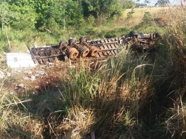 Após acidente com morte, 12 são detidos por saquear cargas na BR-153 em Goiás (Foto: Divulgação/PRF)