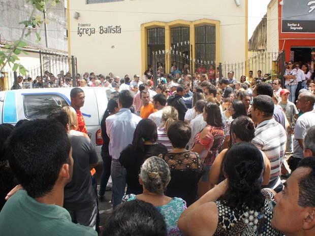 Multidão parou o Centro de Santa Rita para se despedir de modelo morto durante um assalto, segundo a polícia (Foto: Jorge Machado/G1)