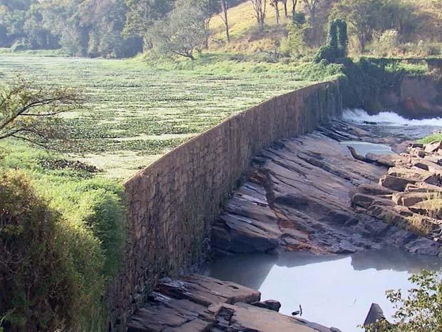 Atual situação da represa causa preocupação para especialistas em Varginha (Foto: Reprodução EPTV)