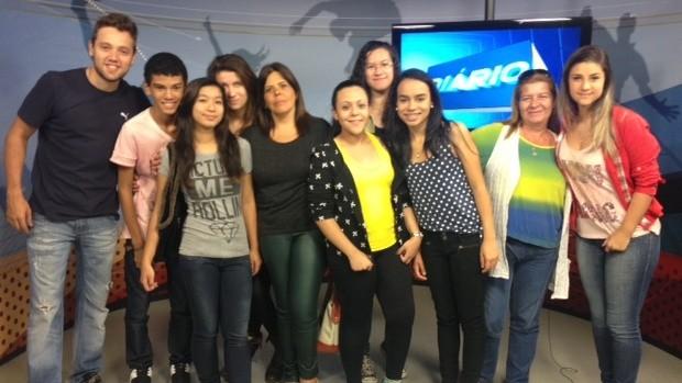 O estagiário Diego Franco acompanha os alunos na visita  (Foto: Reprodução / TV Diário)