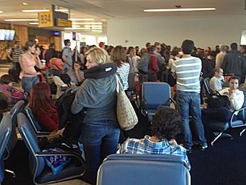 Brasileiros aguardam reembarque em aeroporto dos EUA (Foto: Fernando Assis / Acervo pessoal)