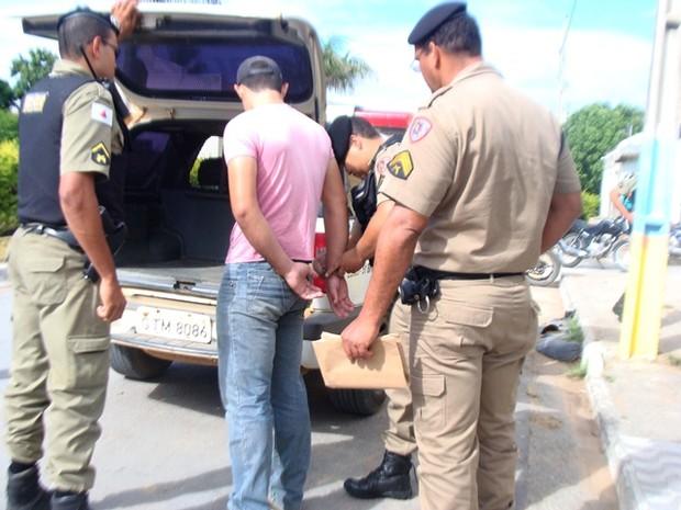 Mandado de prisão executado na zona rural de Porteirinha, em Mulungu (Foto: Michelly Oda / G1)