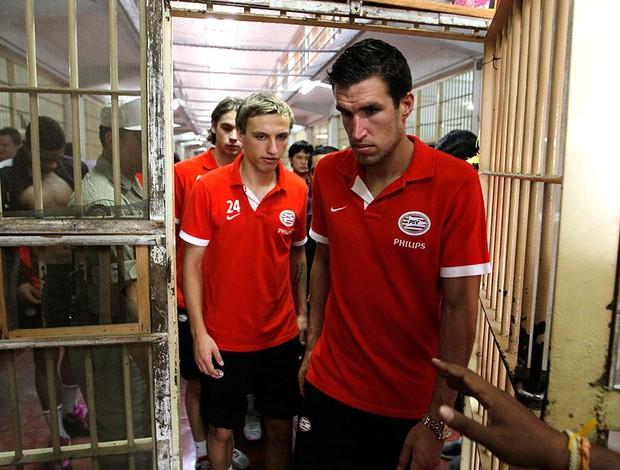 PSV faz amistoso em Prisão (Foto: Reuters)