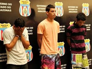 Quatro suspeitos presos pela polícia (Foto: Adneison Severiano/G1 AM)