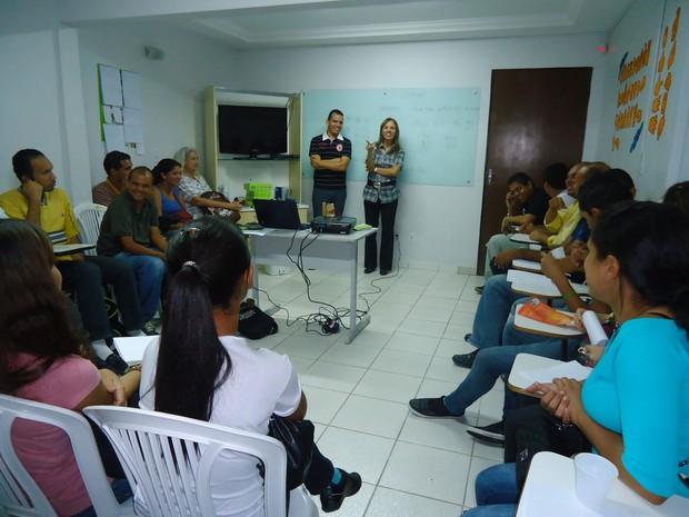 Surdos têm aula de libras no projeto IRIS (Foto: Carolina Sanches/ G1)