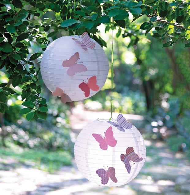 Cor e leveza: borboletas recortadas em papel de scrapbook decoram as luminárias japonesas. Para facilitar o trabalho, você pode usar cortadores no formato do inseto (Foto: Cacá Bratke / Editora Globo)