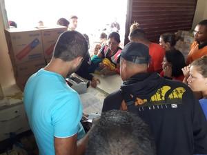 Venezuelanos lotam mercado em Pacaraima (Foto: Emily Costa/ G1 RR)