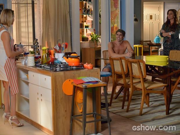 Clara chega em casa e vê Silvia de avental e Cadu na maior intimidade (Foto: Raphael Dias/ TV Globo)