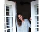 Sorridente, Bruna Marquezine dá bom dia para fãs na web e mostra pernas