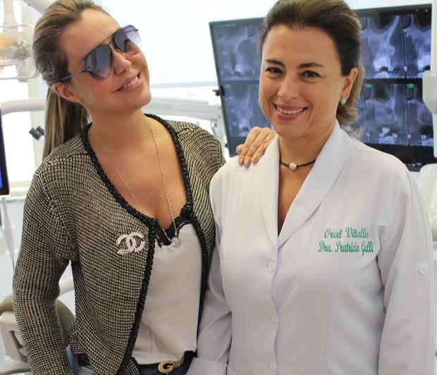 Renata Banhara com a sua dentista Patricia Galli (Foto: Renato Cipriano / Divulgação)