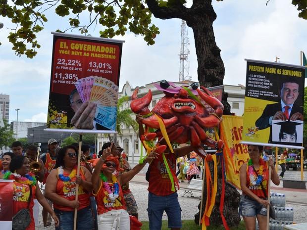 Bloco Siri na Lata desfilou pelo Centro de Aracaju (Foto: Tássio Andrade/G1)