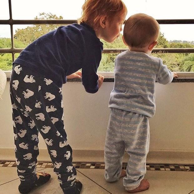 Os pequenos Bento e Benoah, filhos de Carol Trentini, no domingo de Páscoa (Foto: Ins)