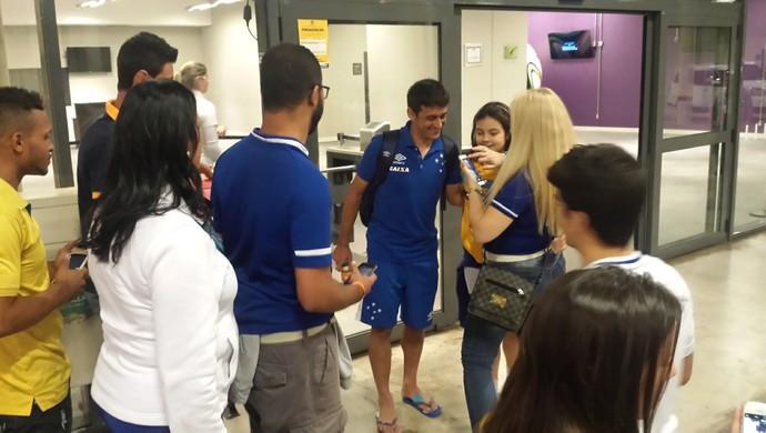 Robinho atende os torcedores no Mineirão (Foto: Rafael Araújo)
