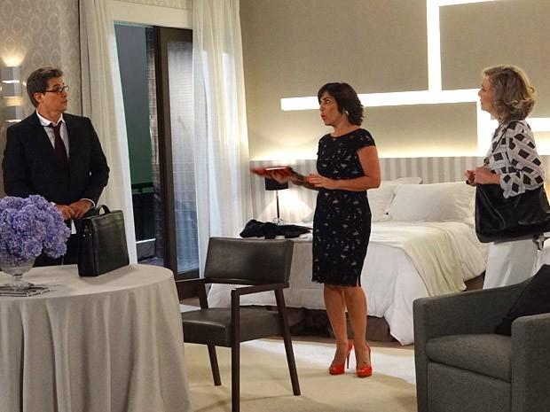 Felipe, Roberta e Charlô nem desconfiam da presença de Veruska e Nenê (Foto: Guerra dos Sexos / TV Globo)