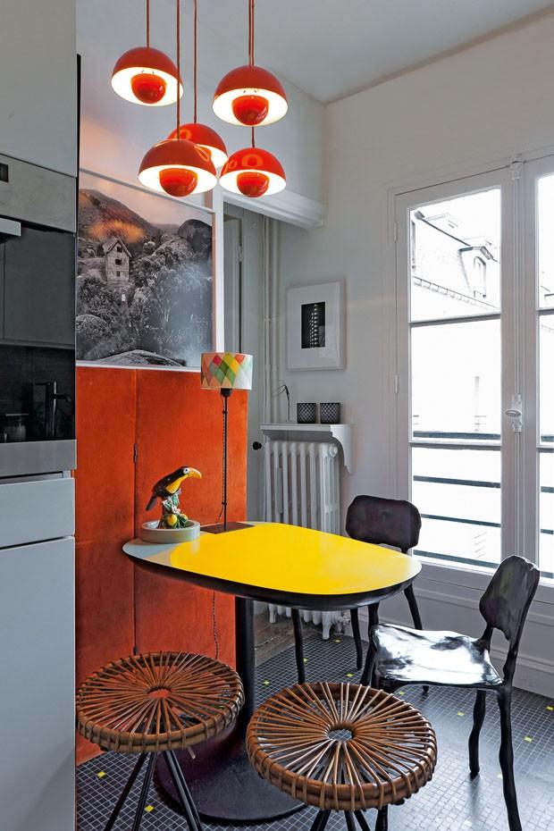 Cadeiras de Marteen Baas, luminária de Verner Pantone e mesa de India Mahdavi (Foto: Derek Hudson)