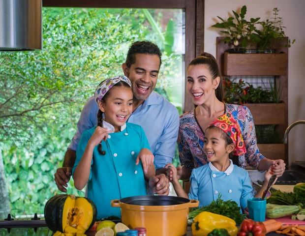 Tania, Jair e as filhas na cozinha (Foto: Divulgação)
