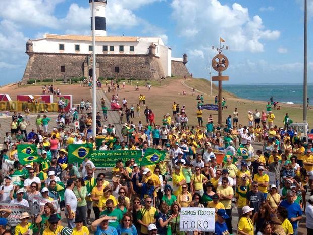 Manifestantes se reúnem no Farol da Barra, em Salvador (Foto: Juliana Almirante/G1)