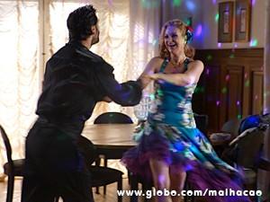 Quem diria, hein? Maura manda bem na salsa (Foto: Malhação / TV Globo)