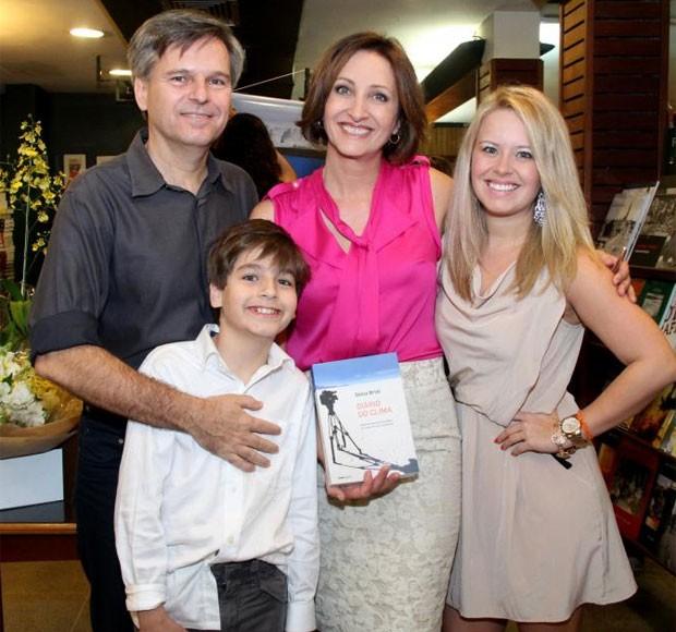 Em família: Mariana com a mãe, a jornalista Sônia Bridi, o pai, o cinegrafista Paulo Zero, e o irmão, Pedro, de 11 anos (Foto: Roberto Filho/AgNews)