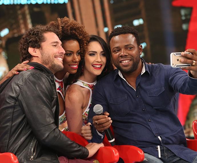 Érico Brás faz selfie com Flávio Canto e bailarinas (Foto: Carol Caminha / Gshow)