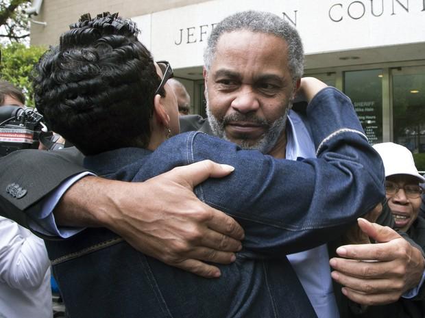 Anthony Ray Hinton recebe abraço logo após sair da prisão nesta sexta-feira (3), em Birmingham, no estado do Alabama (Foto: Hal Yeager/AP)