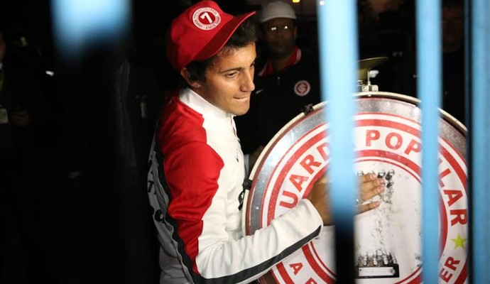 Luque chega e recebe instrumento da torcida do Inter no aeroporto (Foto: Tomas Hammes/GloboEsporte.com)