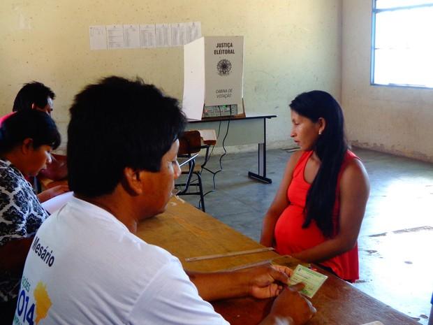 Celina Kukedi Xerente foi a primeira a votar na aldeia Porteira, em Tocantínia (Foto: Vilma Nascimento/G1)