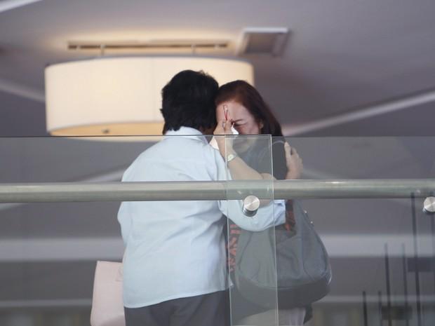 Familiares de passageiros do avião Boeing 777-200 da Malaysia Airlines desaparecido desde o sábado (8) choram em hotel em Putrajaya, Malásia. Buscas pela aeronave, que levava 239 pessoas a bordo, chegam ao segundo dia no mar do sudeste da Ásia. (Foto: Samsul Said/Reuters)