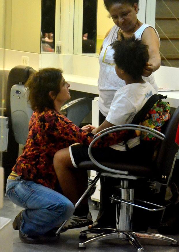 Drica conversa com Mateus e a profissional (Foto: AgNews)