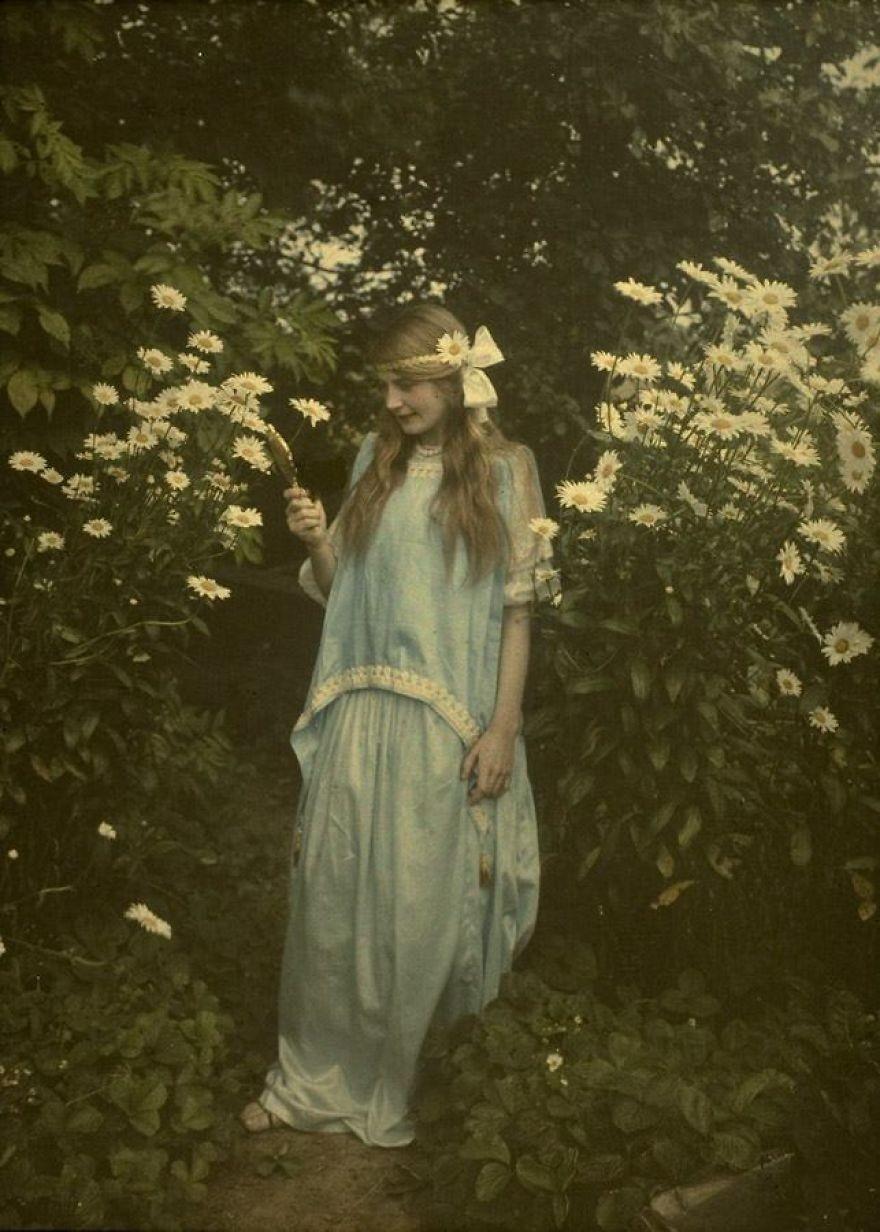 Garota posa para fotografia em 1912 (Foto: Reprodução)
