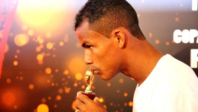 Gessé é homenageado e recebe miniatura da taça da Copa do Mundo (Foto: João Paulo Maia)