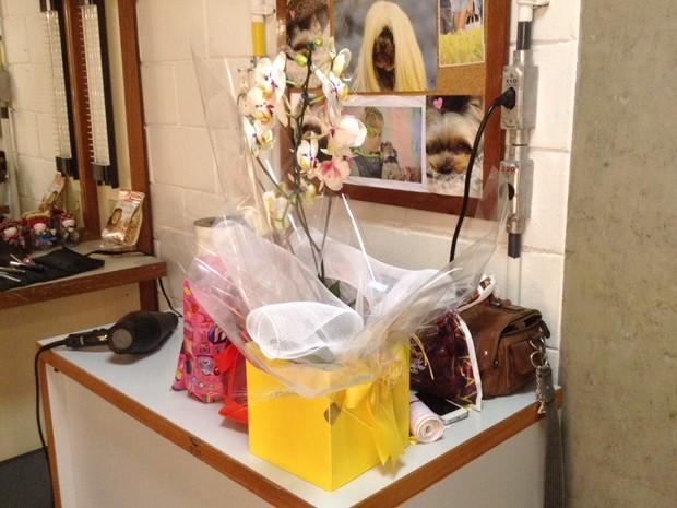 Thiaguinho presenteia Xuxa com lindas orquídeas (Foto: Divulgação / Xuxa Produções)