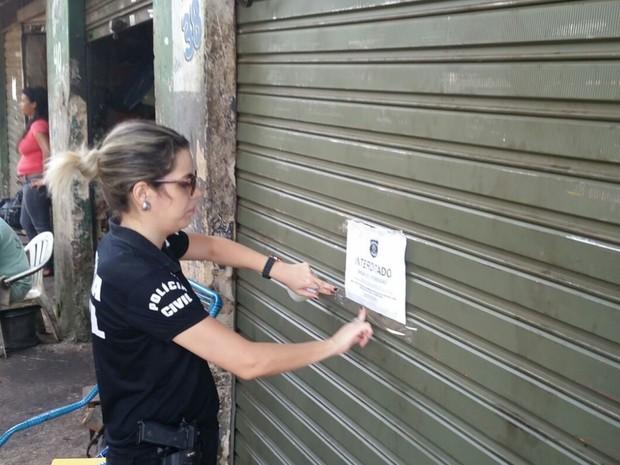 Lojas foram interditadas por não terem alvará de funcionamento Goiás Goiânia (Foto: Reprodução/TV Anhanguera)