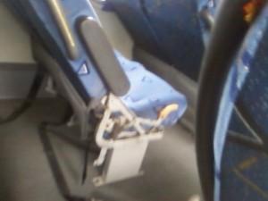 Assentos de ônibus da linha Santa Cruz-Centro, Rio, são muito próximos uns dos outros  (Foto: Sandra Cristina Santos/VC no G1 )