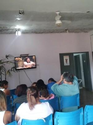 Pacientes aguardam atendimento em recepção com goteiras (Foto: Cyntia Carolina Barbosa/ Arquivo pessoal)