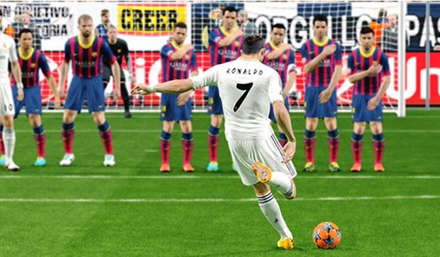 Cristiano Ronaldo, do Real Madrid, cobra falta contra o Barcelona em cena de 'PES 2015' (Foto: Divulgação/Konami)