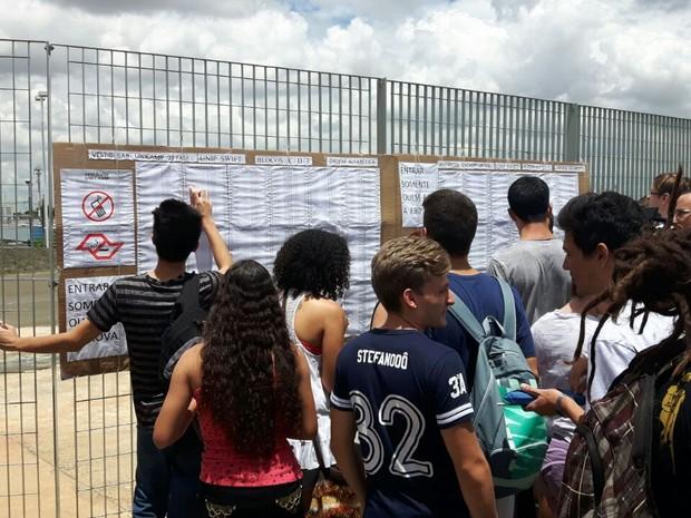 Candidatos chegam à Unip, em Campinas, para o primeiro dia de prova da segunda fase da Unicamp (Foto: Bruno Oliveira / G1)
