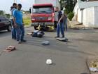 Motocicleta fica embaixo de caminhão em acidente
