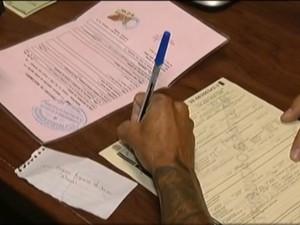 Documento fica pronto em dez minutos (Foto: Reprodução / Inter Tv dos Vales)