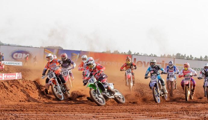 Quarta etapa do brasileiro de motocross é disputada em Campo Grande (Foto: Kelson Rene/CBM)