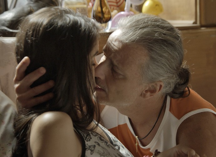 Vavá não resiste e beija Duda (Foto: TV Globo)