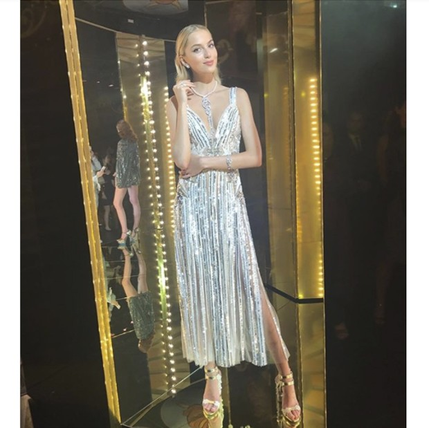 Chaumet diamonds glittering against Elie Saab evening outfit. (Foto: @suzymenkesvogue)
