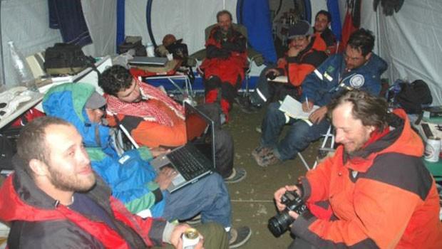 Em dias de muita neve, resta à equipe ficar na barraca até passar o mau tempo. (Foto: Alexandre Kellner/BBC)