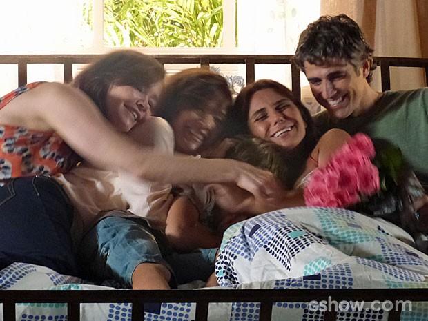 Família dá aquela abraço apertado em Clara (Foto: Em Família/TV Globo)