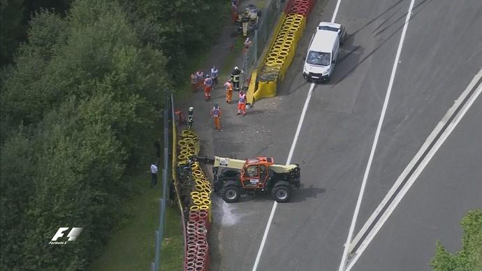 GP da Bélgica foi paralisado para reconstrução da barreira de pneus após batida de Kevin Magnussen (Foto: Divulgação)