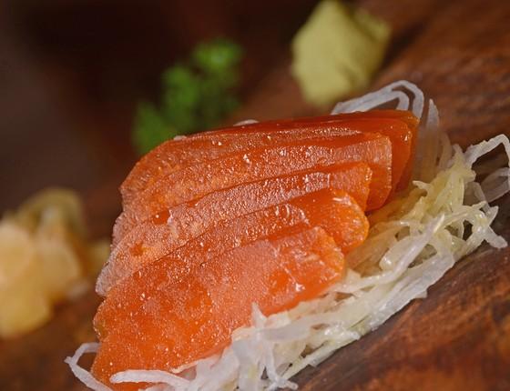 A pedida para o Dia dos Namorados no Yumê é o sashimi de Bottarga Gold com ovas de tainhas desidratadas, temperadas com azeite (Foto: Divulgação)